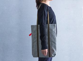 同じく岡山の、こちらは倉敷デニムのエコトートバッグです。ヨーロッパ輸出用に作られた高級岡山デニムの余り布で作られているそう。こちらもすっきりとシンプルなデザインですね。男性にもおすすめのスタイリッシュなエコバッグです。