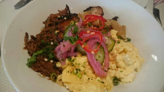 豚肉や卵がふんだんに載ったメニュー。ご飯が酢飯なのがポイントです。