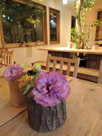 さすがフラワーショップのあるカフェ。店内のいたるところに素敵にアレンジされたお花が飾られています。