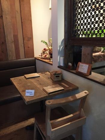 3Fからカフェスペース。ナチュラルウッドのインテリアが落ち着いた雰囲気をつくっています。