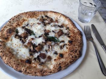 ピザの材料にもこだわりがあり、イタリアから取り寄せたオーガニックの小麦粉などを使っています。厳選された材料で作られたピザは種類もたくさんありますので、お好みの味を探してみましょう☆
