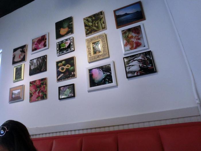 壁にはハワイの写真がずらりと飾られています。