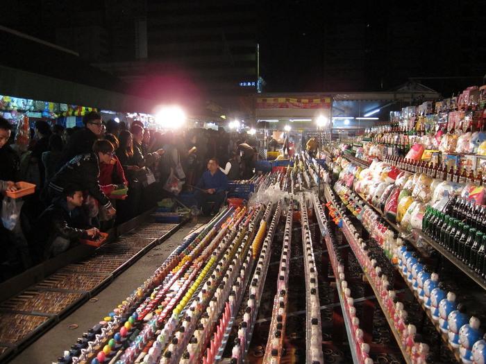 MRT巨蚤駅から徒歩約5分のところにあります。ここは観光客向けというよりは、地元の若い人たちもよく訪れるローカル色の濃い夜市です。懐かしい輪投げゲームの出店があったり、大人も子どもも一緒に遊べます。みんな食べたり遊んだりしながら夜を楽しみます。  【瑞豊夜市】 Yucheng Rd, Zuoying District, Kaohsiung City, 台湾 813