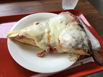 ここのピザは、生地が分厚いのが特徴で、3センチはあるとのこと!チーズもたっぷりで食べごたえがありそうですね♪