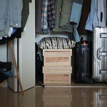 オフシーズンの衣類や、ふだんは使わないんだけれど大切なものをたっぷりと収納できるもの…となると、よくあるプラケースに落ち着きがち。ですが、こんながっしりとした木箱なら、見せる収納にしてもなんだかかっこいいですね。こちらは東屋の「茶箱」。リビングやキッチンで気軽に使える5kg箱から、幅が約70cmほどもある40kg箱まであります。