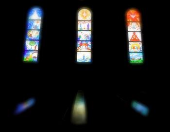 左右にあるステンドグラスはカナダの神父が製作したもので、聖書の天地創造を題材にしてキリストの教えが弘前の街に広がる様子が美しく描かれています。