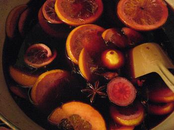 スパイスとフルーツを赤ワインでコトコトと温めているときには、甘さと香ばさが合わさったワインの香りが家中に広がります。