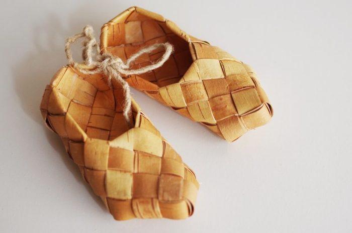 マグカップ以外にも、フィンランドでは白樺を用いた工芸が盛ん。柔らかく薄く扱いやすい特性を生かした、白樺の編みかごや工芸品が有名です。 こちらは白樺を編み込んだ靴。
