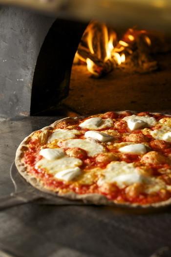 薄いローマスタイルのピザを食べることができますよ☆チーズベースやトマトベースのピザがいろいろありますのでトッピングの内容と合わせてお好みを探してみてくださいね。