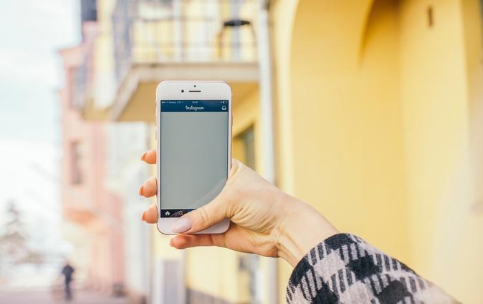 キャリアによっては「アメリカ放題」と呼ばれるような渡航先によって提携通信会社に自動で切替わるシステムもあります。しかしそれ用の設定は必要なので各ショップで確認しましょう。またモバイルWi-FiルータをレンタルすればWi-Fiを探す手間が無くなるのでこれも旅行会社やショップで確認してみてください。