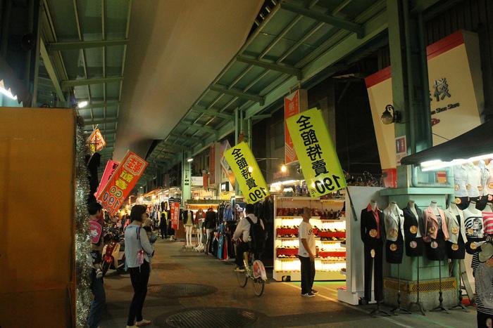 ほとんどが衣料品などのお店ですので、あまり混雑はしていません。どこかチープだけど、おもわず探検したくなる。そんな雰囲気があります。日本でいうところの百円ショップならぬ【10元ショップ】などもあり、探検心をくすぐられます。  【南華觀光夜市】  Nanhua Rd, Xinxing District, Kaohsiung City, 台湾 800