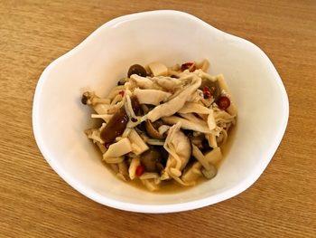 そのまま副菜としていただくのはもちろん、パスタとあえてキノコパスタに、またサラダのトッピングやオムレツの具などアイディアで色々使える便利なきのこのマリネです。