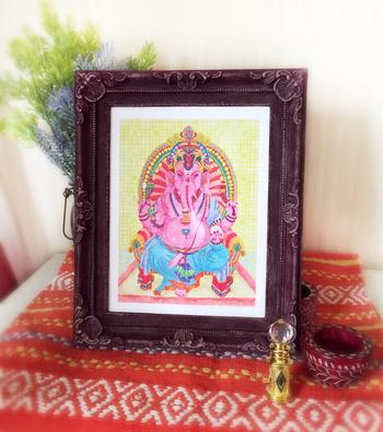置物や絵にして飾られるガネーシャはとても身近なラッキーシンボル。インドではガネーシャを描いたポストカードなどを贈るのも一般的だそうです。インド料理屋さんへ行くと大きな絵が飾ってあったりしますよね。