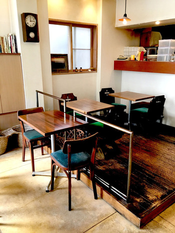 落ち着いたシンプルな店内は、ゆったりした時間を過ごせます。 たくさんあるベーグルの中から選んで、そのままカフェでゆったりできるのもこちらのお店のいいところですね。