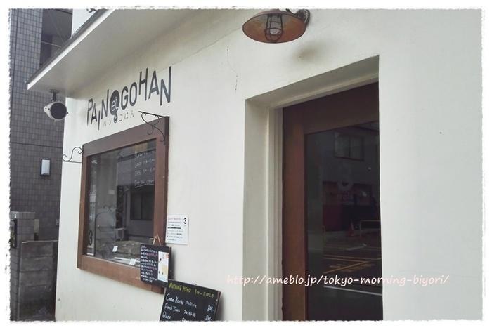 2016年にリニューアルオープンした、小さなカフェのようなとってもかわいい佇まいのお店。 以前は、ごはんものもありましたが、現在は「パン屋」としてテイクアウトメインで営業しています。