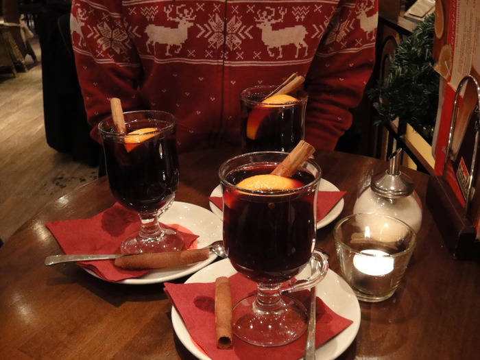 甘くておいしいからといって、飲み過ぎないように注意が必要なほどハマってしまう、ドイツ冬の味。外で白い息を吐きながらフーッフーッとあついグリューワインをすすると、また格別ですよ。