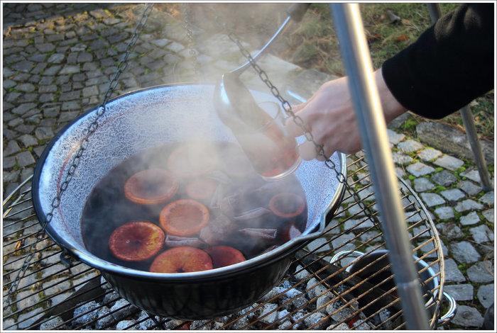 作り方② 沸騰しないように気をつけながら20分ほど弱火にかけたら、砂糖を加えてできあがり。甘みは好みで砂糖の量を調節して下さい。
