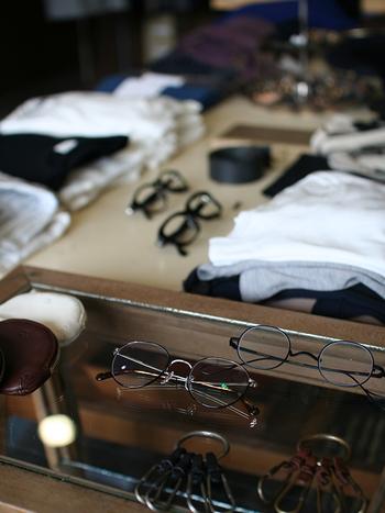 毎日のコーディネートをするように、その日の気分によって眼鏡もチェンジしてみてはいかがですか? きっと今まで気づかなかった、新しい自分を発見できるはず。 お気に入りの眼鏡コーデでお出かけしてみましょう。