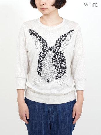 小さなウサギが集まって大きなウサギの顔になっています。遊び心溢れるデザインは一枚で主役に。上にニットを羽織って絵柄を覗かせてもいいですね。