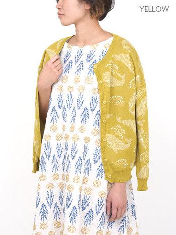 鯨を刺繍で表現したカーディガン。春らしい黄色を羽織れば一気に春らしく!他にも春らしいカラーのグリーンもあるのでぜひチェックしてみては?