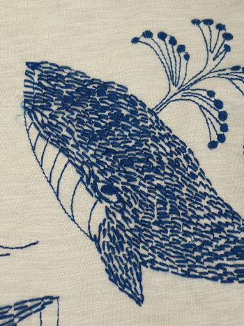 みすゞの詩「鯨法会」をテーマに鯨をデザインし、刺繍で表現しています。