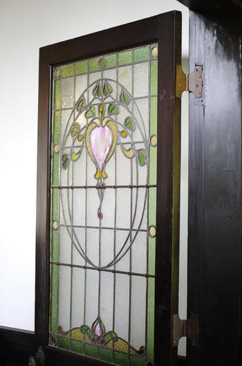 設計はアメリカ人建築家J.M.ガーディナー氏によってなされましたが、内装も見事で、今は懐かしいガスストーブやステンドグラスなどもあり見応えがあります。