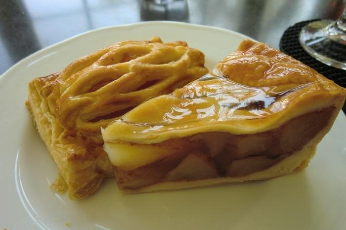 弘前は「リンゴの街」と言われるだけあって、おすすめはもちろんリンゴのスイーツです。  こちらでは弘前市内にある洋菓子店のうち、人気の複数店舗のアップルパイが常時そろうので食べ比べもできちゃいます。 持ち帰り専門店のものもあるので、喫茶室で頂けるのは貴重ですね。