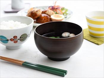 """この""""ほっこり椀""""は会津漆器なのに、樹脂製。素材が木ではないというだけで、その伝統はちゃんと受け継がれています。"""