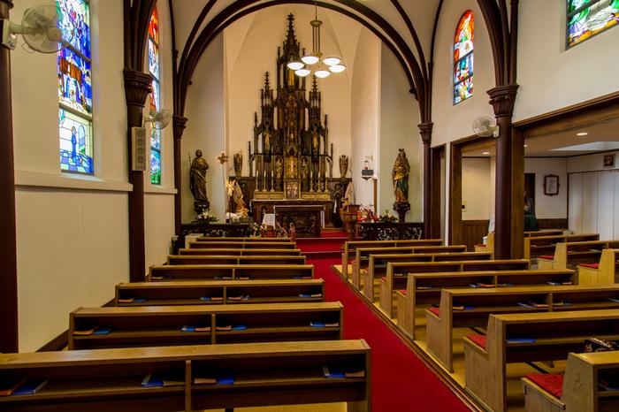 木製のアーチに縁どられた明るい聖堂内は、手入れの行き届いた優しい空間。 長年の間、信仰心の厚い方々に大事にされてきた証です。