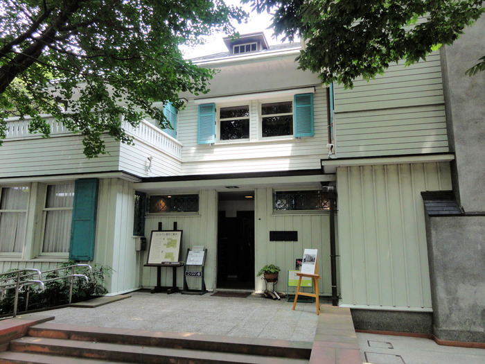 中の設計ももちろん素晴らしく1階には暖炉があったり、庭が一望できるサンルームがあります。2階には3つの寝室があって、そこには横浜山手の洋館に関する資料が展示されています。喫茶コーナーもあるのでゆっくりくつろげます。