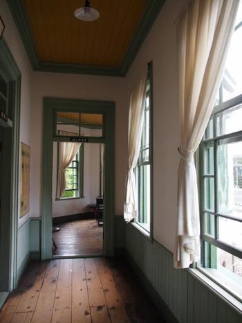 館内は、パステルグリーンの窓枠と柔らかな陽射しが、落ち着いた雰囲気を醸し出します。
