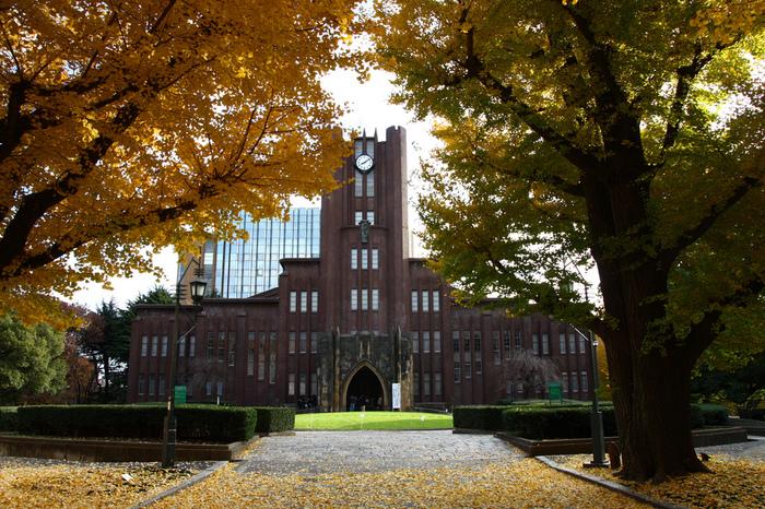"""1969年に過激派の学生らによって占拠され、機動隊と衝突したことで良く知られる「安田講堂」。この講堂は、安田財閥の創始者である安田善次郎の匿名を条件にした寄付によって建てられました。死後に寄付が周知されることになり、安田を偲んで""""安田講堂""""と呼ばれています。正式には「東京大学大講堂」。基本設計は内田祥三。1921年に起工しましたが、関東大震災によって工事は中断。1925年(大正14年)に完成しました。"""