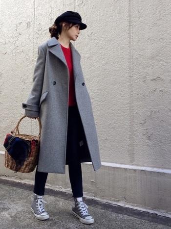 女性らしいラインのロング丈のダブルブレストコートには、きれいめのパンプスではなく、あえてシンプルでカジュアルなスニーカーを合わせると全体のバランスがgood! コートと同色のハイカットコンバースがしっくりきますね。