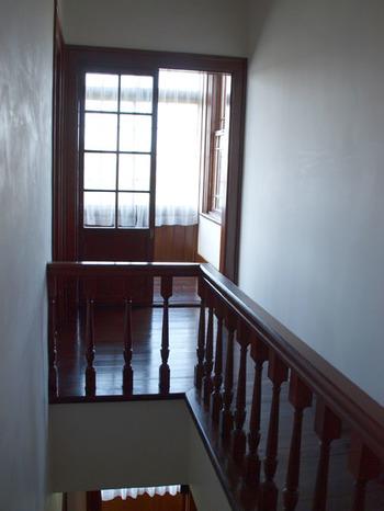 階段部分と2階のテラス。 白い壁と大きな窓が明るい印象で、お天気が良い日には岩木山が見えます。 階段は広めの来客用と生活用の2ヶ所作られています。
