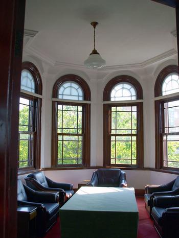 トンガリ屋根の塔屋の2階にある、日当たりの良い談話室。 青森ヒバが使われた気品のある空間です。
