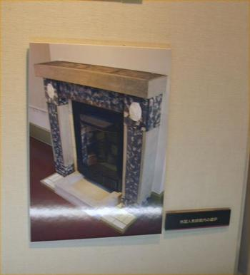 当時は各部屋にあった大理石製の暖炉ですが、今となっては骨董品のように貴重な物です。  旧制弘前高等学校は太宰治の母校でもあります。 敷地内にある太宰の歌碑には、入学当時に提出したとされる写真も添えられています。