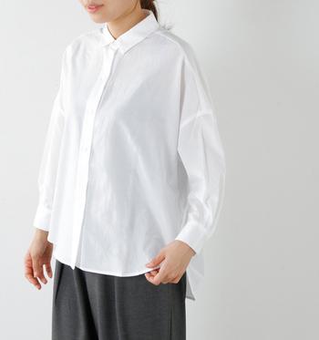 オフィスコーデをはじめ、カジュアルコーデにもきちんと感をプラスしてくれるオンオフ使えるシャツ。