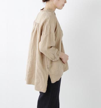 一枚でサラリとシンプルに着る場合も、素材、デザインにこだわると洗練された印象に。