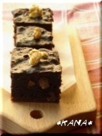材料を混ぜて、炊飯器のスイッチを押すだけ。チョコレートではなくココアパウダーを使った低カロリーなレシピです。オーブンがふさがっているときなどにもいいですね。