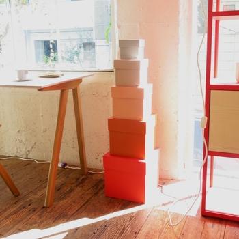 なんだかプレゼントみたいなかわいい収納箱は、HAY(ヘイ)のもの。サイズもカラーもかなり幅広く展開されているので、収納したいものやインテリアの雰囲気に合わせて揃えたいですね。