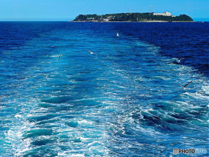 初島は人工200人余り。 伊豆半島東部の相模湾海上に浮かぶ小さな島です。静岡県で唯一人が住んでいる島で、首都圏から一番近い離島として知られています。  熱海から約25分で着く利便性の良さも魅力の一つです。