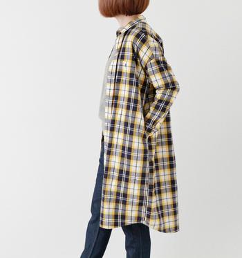 シャツは軽い羽織としても活躍してくれるアイテムです。体温調節にも使いやすいので、実用もおしゃれも兼ね備えています。