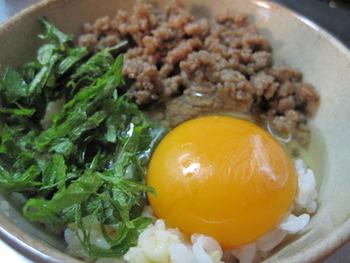 甘辛肉そぼろと大葉の卵かけごはん。しっかり目に味付けしたそぼろを加えたら、卵かけご飯も一気に豪華に。 温泉卵にしても美味しそうです。