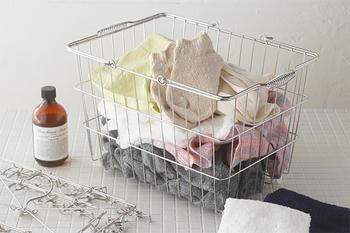 通気性があり、錆びにくいステンレス製のバスケットは、キッチンや洗面所での利用にぴったりですね。洗濯物をポンポン入れても、清潔感があるのもうれしいところです。