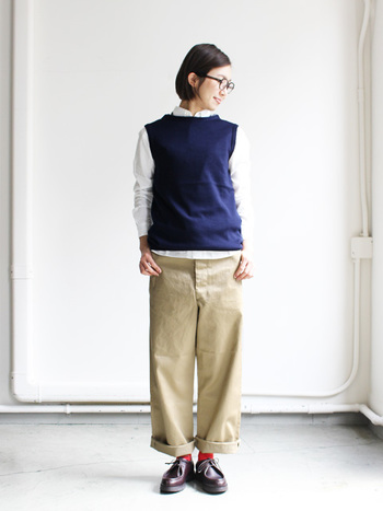 一枚でサラリと着こなすのはもちろん、羽織ったり重ね着も楽しめる便利なアイテムです。今回は、素敵なシャツコーデをご紹介します。