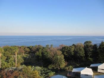 こちらは初島灯台からの景色です。 とってもきれいな眺めですね。 手前に見えるのは「初島アイランドリゾート」の宿泊施設。
