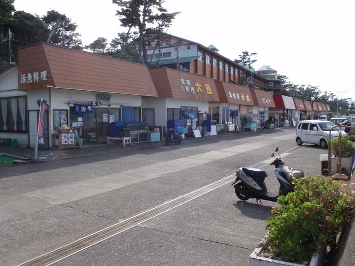 初島名物の食堂街。 どこに入ろうか迷ってしまいます。