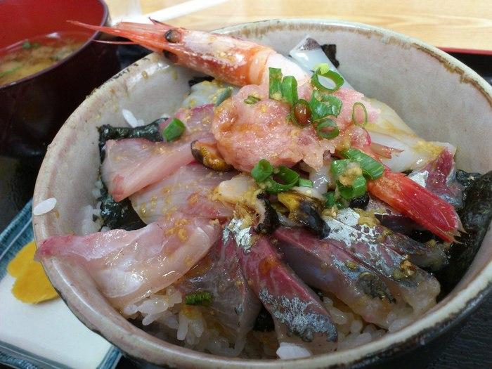 こちらはめがね丸さんの「船長のおまかせ丼」 その日にとれた新鮮な魚介類を出してくれるんだとか。