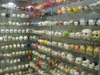 ドイツにある「豚博物館」には世界中から集めた陶器の豚の展示室もあります。これだけ並ぶとちょっと怖い?