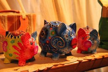 貯金箱のモチーフなる動物といえば?そう、豚さんですね。 写真はバリ島の豚貯金箱。鮮やかで可愛い!  なぜ貯金箱といえば豚なのか、由来は諸説あるようです。イギリスで職人が「pygg(オレンジ色の粘土)で貯金箱を作って欲しい」と言われたのを、「pig(豚)の貯金箱を作って欲しい」と聞き間違えて作ってみたら、評判が良かったため各地に広まった、という説があります。 豚はイノシシを家畜化した動物で、肥えさせて美味しくいただくことから、貯金と似た意味も感じますね。
